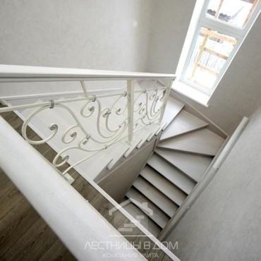 Лестница с кованым ограждением и серебряной патиной г. Орехово-Зуево