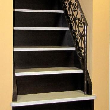 Обшивка готовой бетонной лестницы с кованым ограждением, г.Электросталь