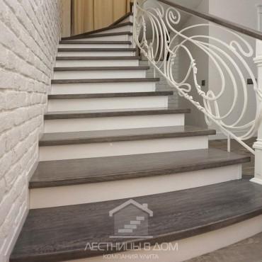 """Бетонная лестница с обшивкой дубовыми ступенями и кованым ограждением """"Модерн"""""""