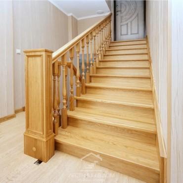 Дубовая лестница на косоурах в классическом стиле, г. Ногинск
