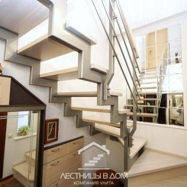 Лестница на металлических косоурах с боковым ригельным ограждением