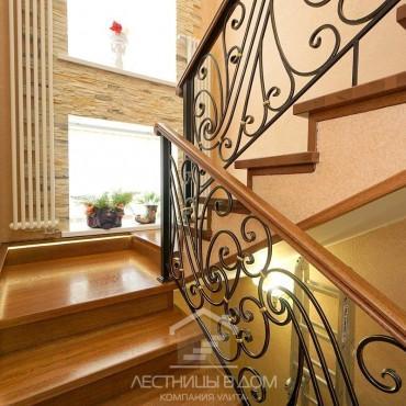 Дубовая лестница с кованым ограждением и подсветкой г. Электросталь