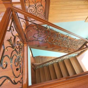 Обшивка бетонной лестницы дубом с кованым ограждением г. Электросталь